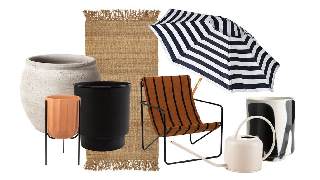 Trädgårdskruka, stol och parasoll att inreda balkongen med