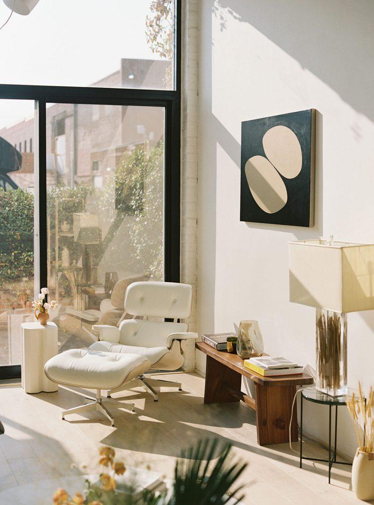 Designklassiker och soldränkt inredning i Bisquit Loft av designstudion OWIU