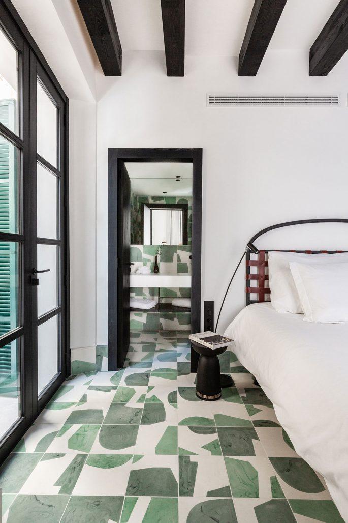 Mönstrat klinkergolv i hotellrum på nya boutiquehotellet Concepcio by Nobis