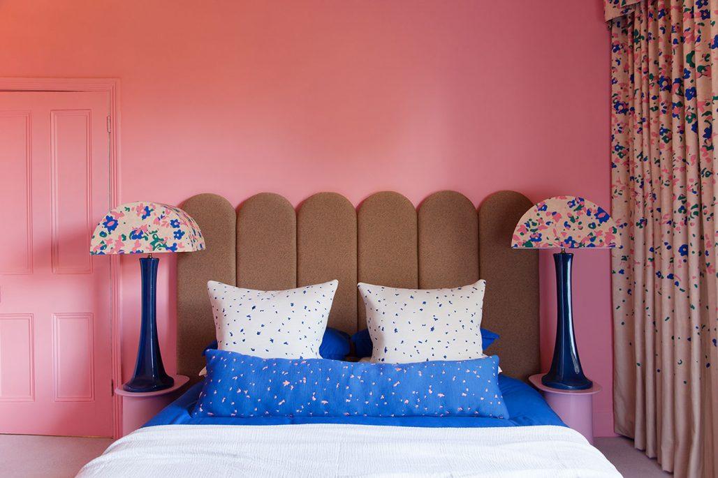 Färgstarkt sovrum hemma hos designstudion 2LG