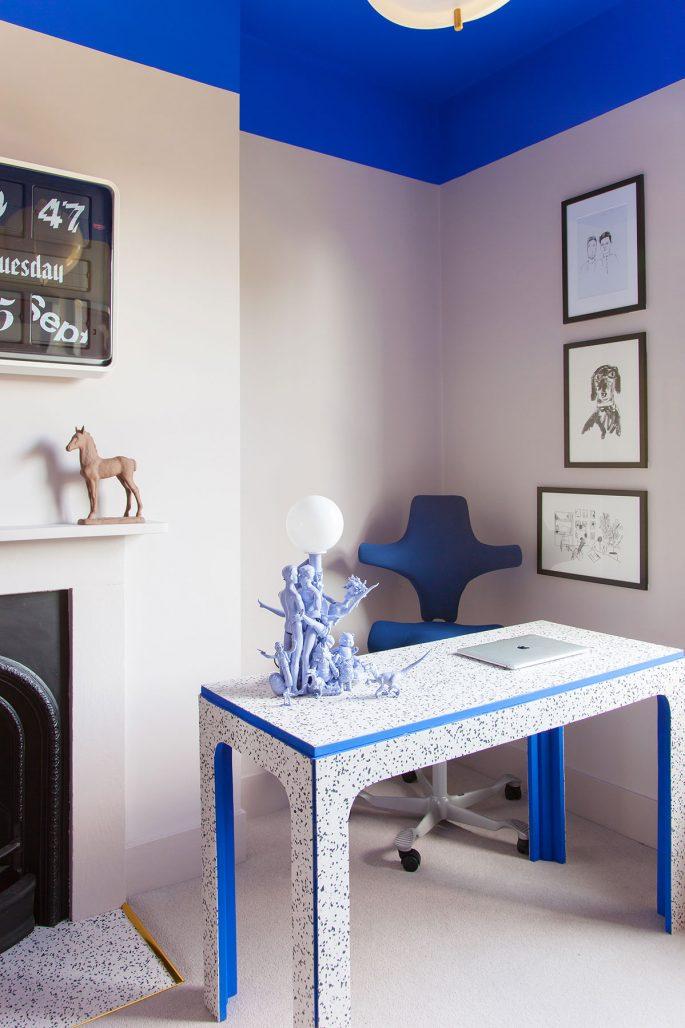 Hemmakontor med klarblå detaljer hemma hos designduon 2LG