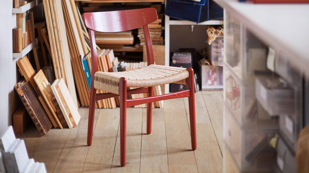 Hans J Wegner-stol färgsatt av Ilse Crawford för Carl Hansen & Søn