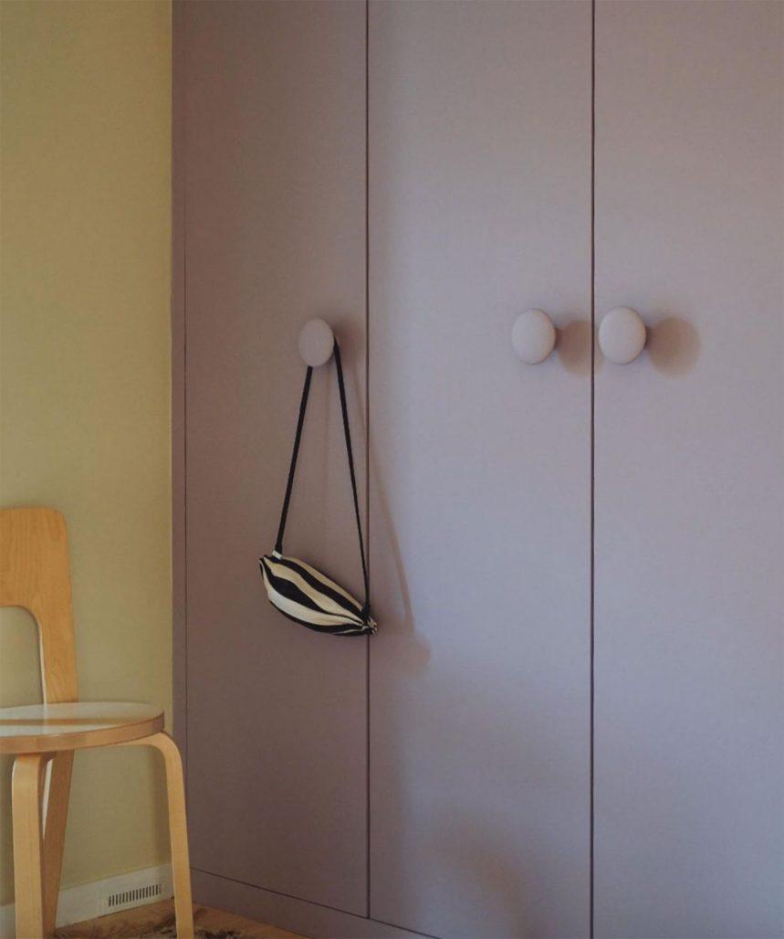 Ljuslila garderober hemma hos Elin Odnegård