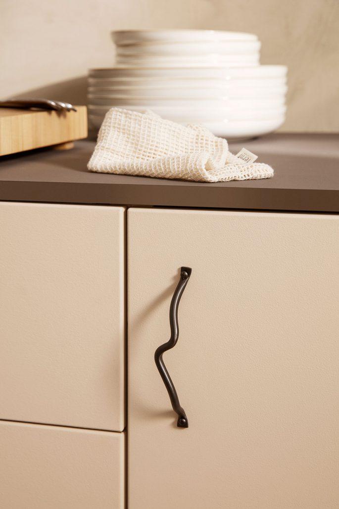 Handtaget Curvature från Ferm Living att uppdatera köket med