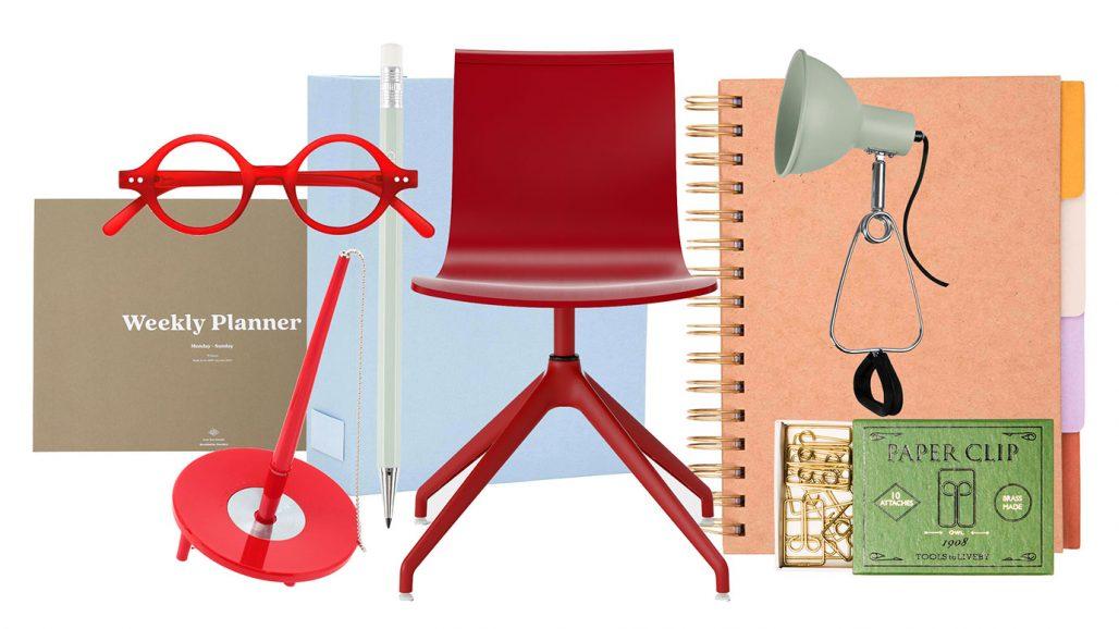 Veckokalender, läsglasögon, anteckningsblock och snurrstol till hemmakontoret