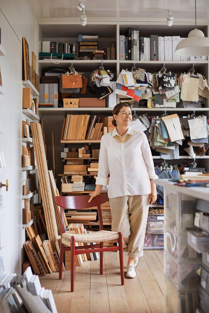 Ilse Crawford med färgsatt Hans J Wegner-stol för Carl Hansen & Søn