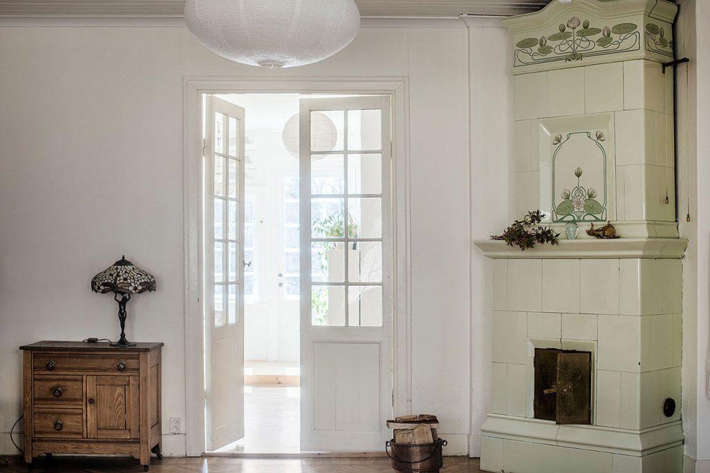 Originaldetaljer som spegeldörrar och kakelugn är bevarade i jugendvillan