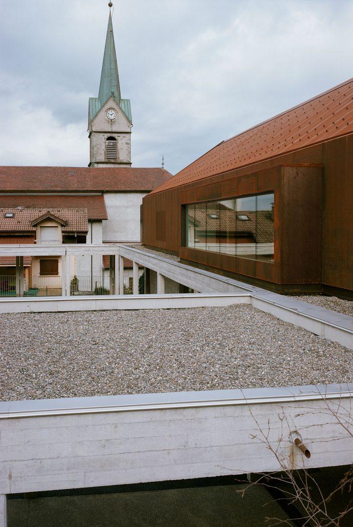 Skolans utbyggnad med stadens kyrka i bakgrunden