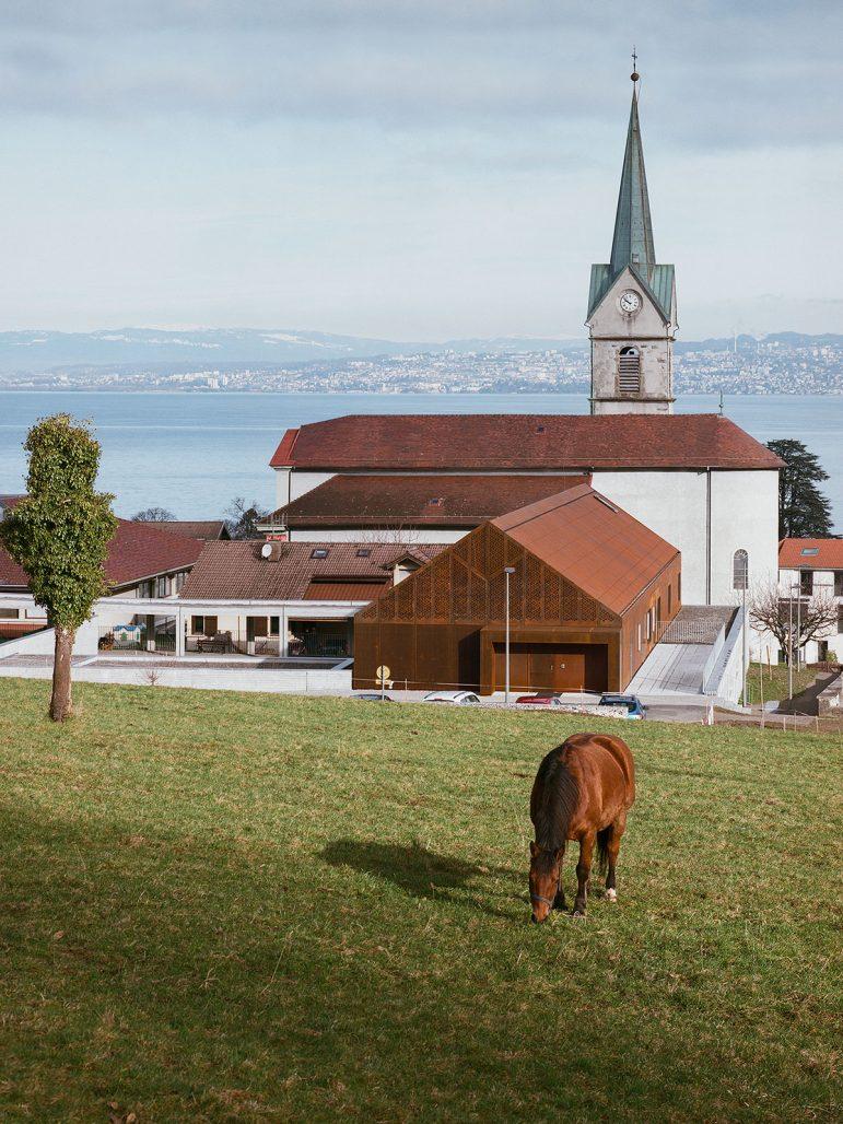 Utsikt över skolbyggnaden i Lugrin intill Genèvesjön