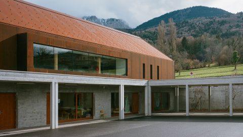 Skola i cortenstål och betong