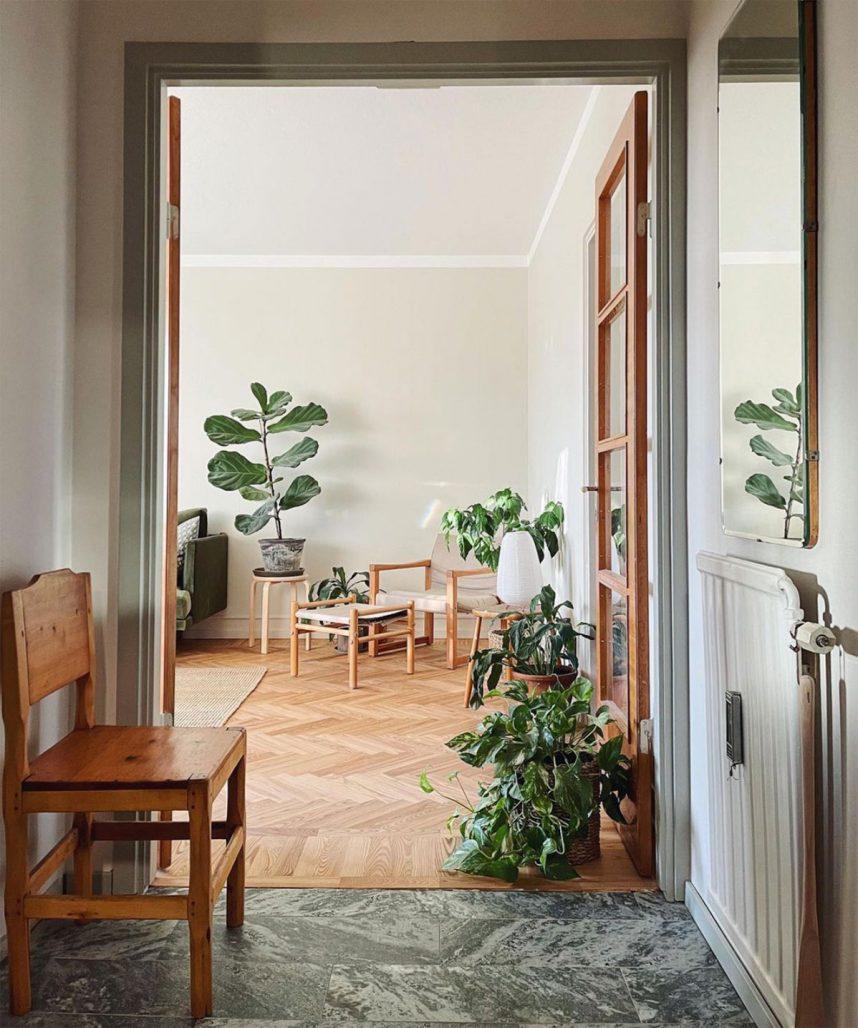 Hall och vardagsrum hemma hos Christopher Lawrence med Instagramkontot thistlegrass