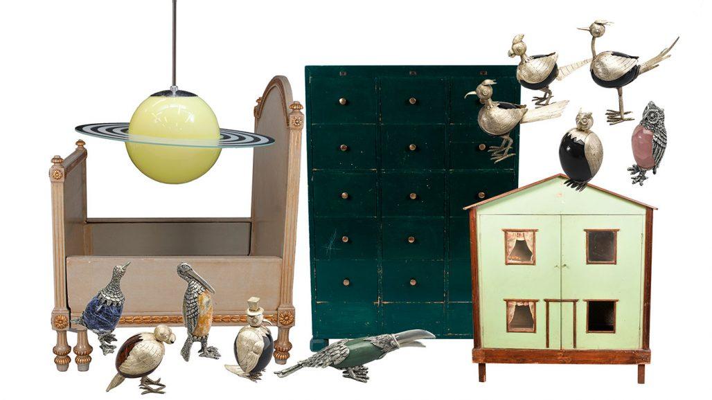 Auktionsfynd för barnrummet – utdragssäng, taklampa, dockskåp och figuriner