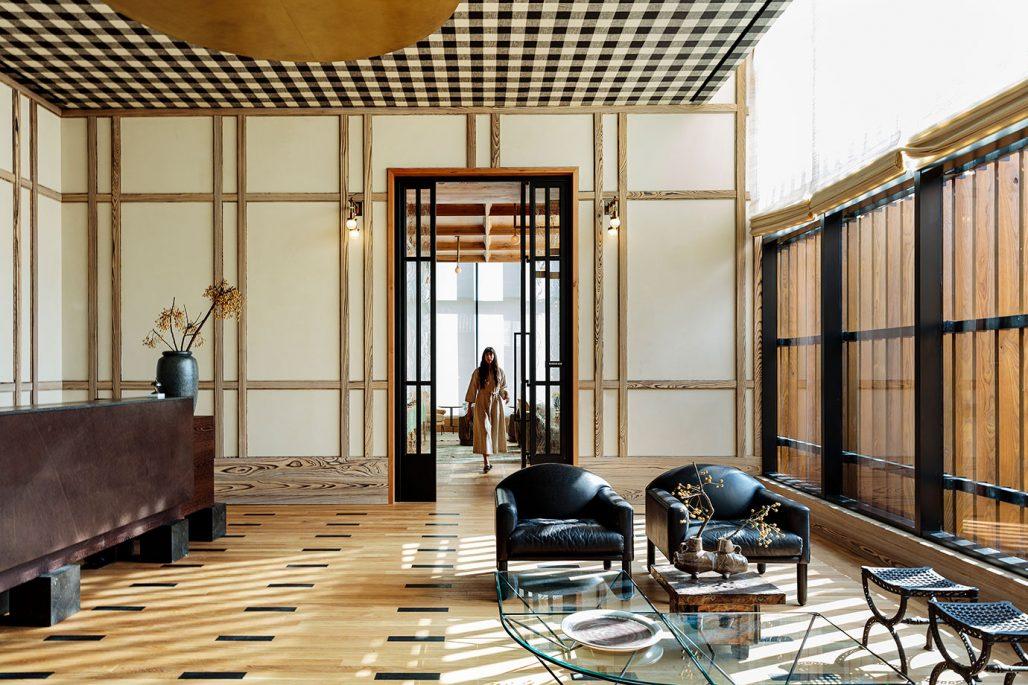 Lobbyn på Austin Proper hotell med ginghamrutigt tak