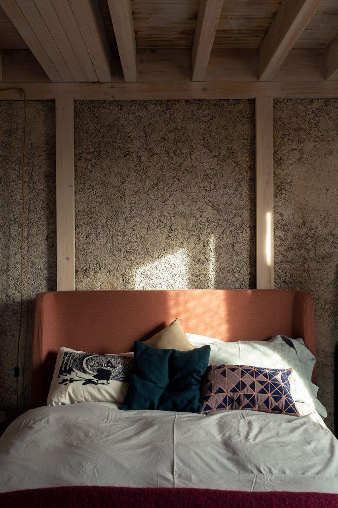 Sovrum i hus byggt av hampa