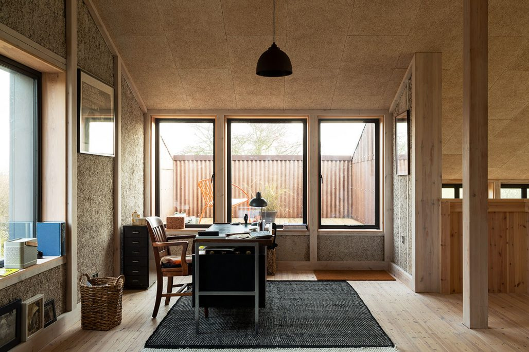 Ljusinsläpp och väggpanel av hampa på hemmakontor