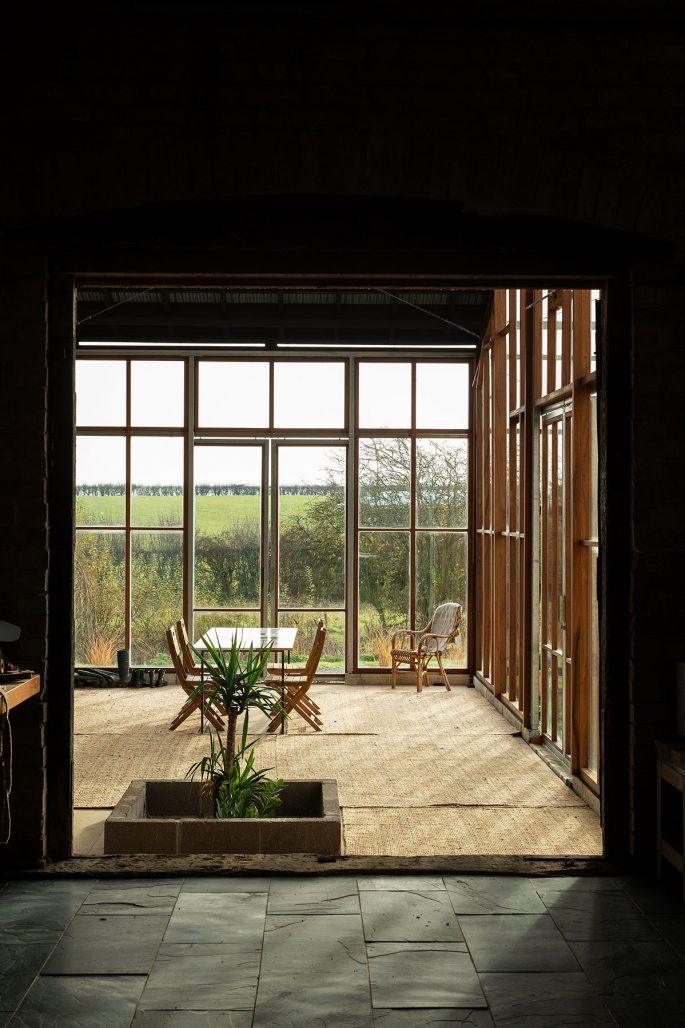 Inglasat uterum i Flat House av Practice Architecture