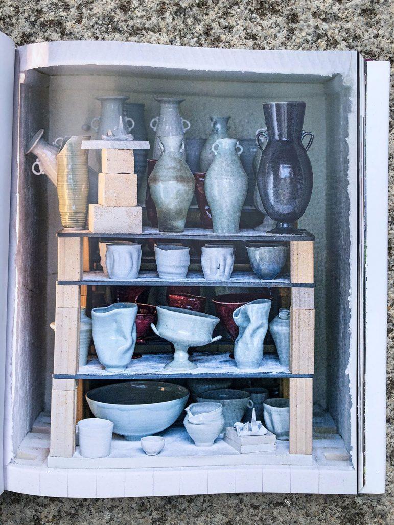 Vaser av Frances Palmer i studion