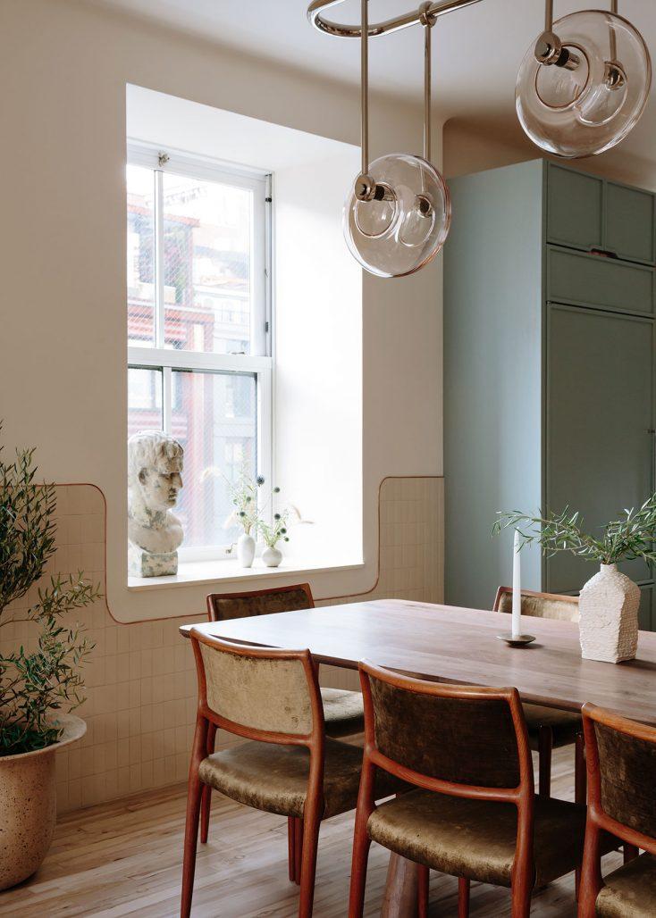 Kök och matplats i lägenhet av Home Studios