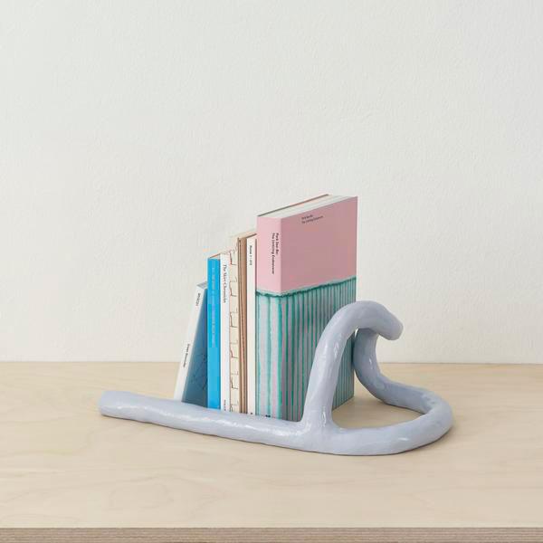 Bokstöd i keramik av Kuo Duo