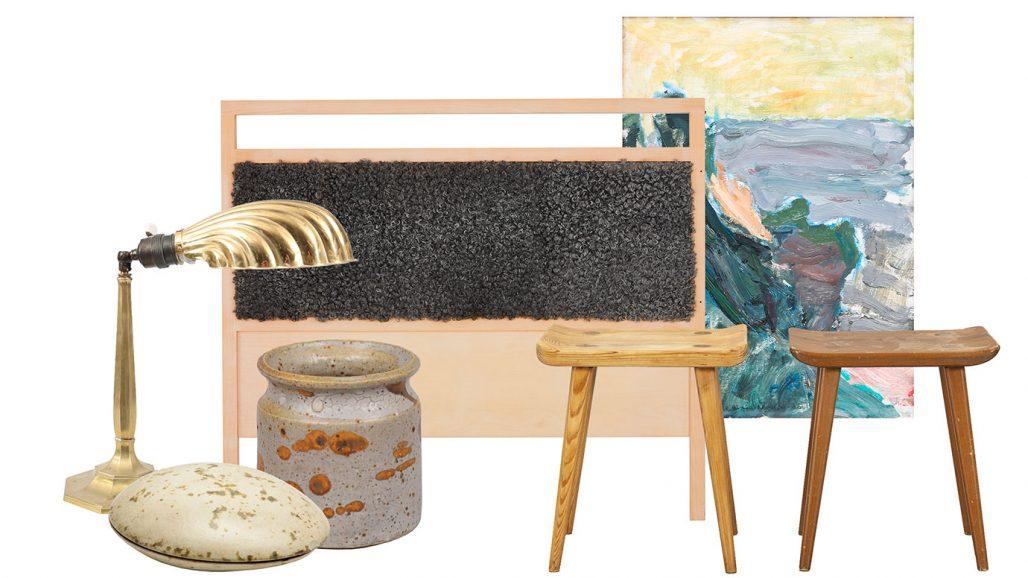 Auktionsfynd för sovrummet med sänggavel, bordslampa och pallar av Carl Malmsten