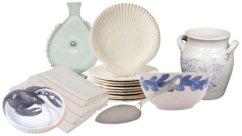 Auktionsfynd för sommardukningen med keramik, tallrikar, tårtspade och linnedukar