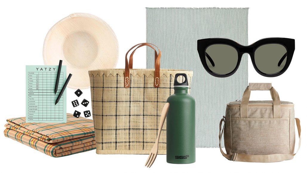 Packat för picknick med picknickfilt, yatzy, väska och solglasögon