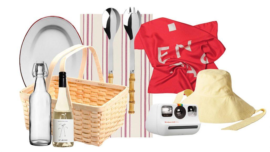 Packat för picknick med picknickkorg, duk, serveringsbestick och sidenscarf