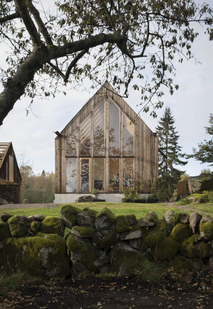En av två byggnader på Rörbäck Forest Retreat