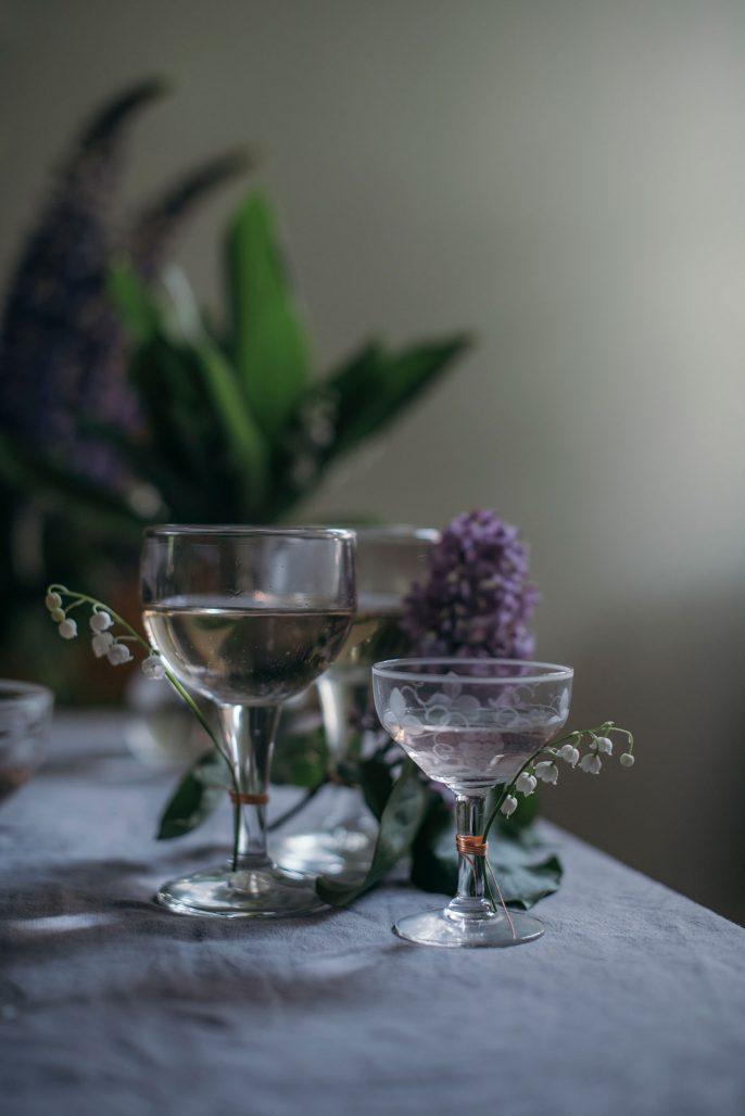 Vackra vintageglas i dukning av Sofia Wood