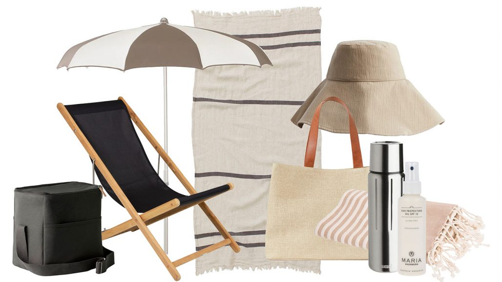 Strandliv med kylväska, solstol och solparasoll