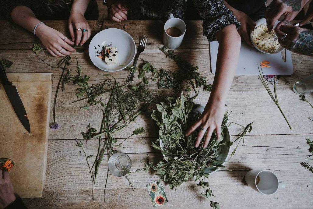 Torka örter från trädgårdslandet och låt dem pryda köket