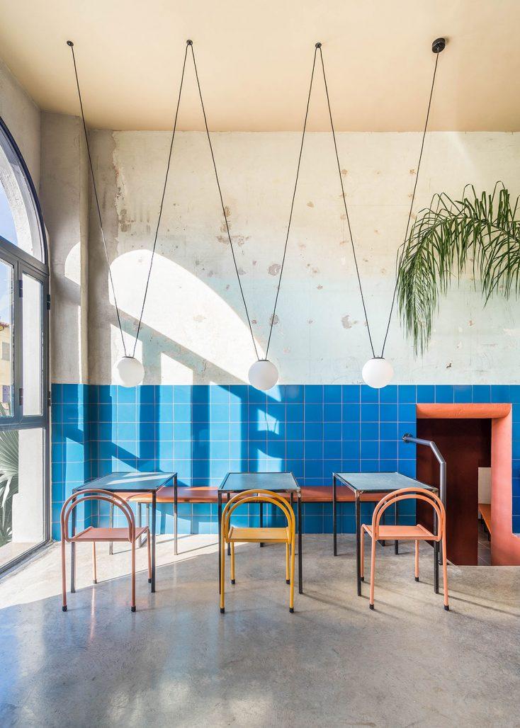 Arkitekterna på Studio Tamat har inrett restaurangen Tre de Tutto med mycket färg