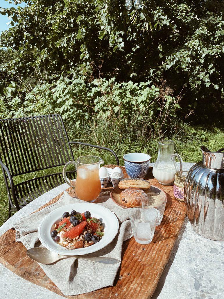 Frukost med loppisfyndade detaljer hos Elsa Billgren