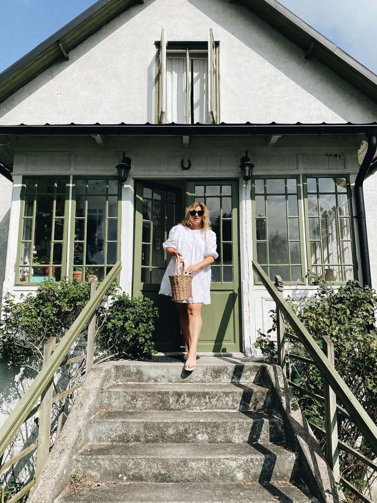 Elsa Billgren utanför huset på Gotland