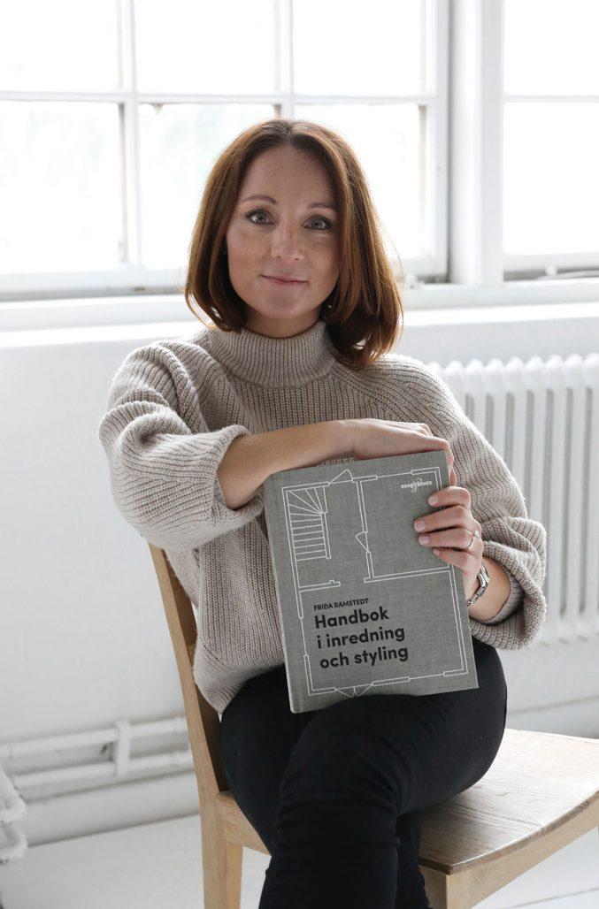 Frida Ramstedt med sin första bok, Handbok i inredning och styling