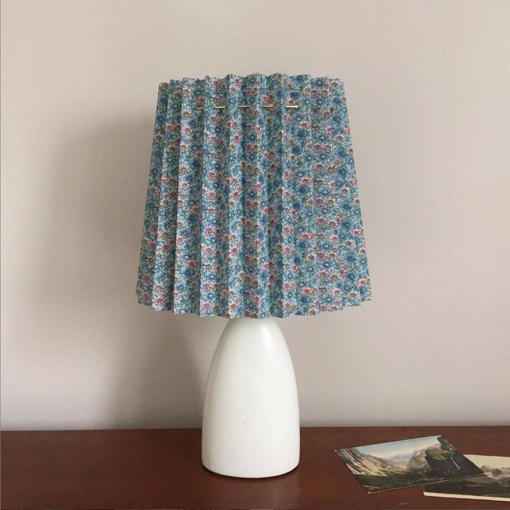 Skapa en egen lampskärm av gamla textilier.