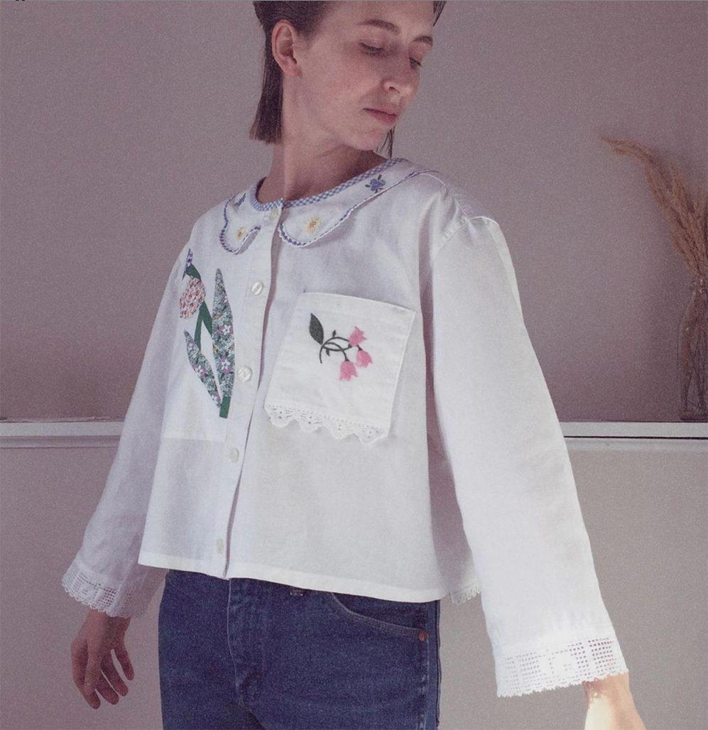 Använd gamla textilier för att skapa en skjorta.