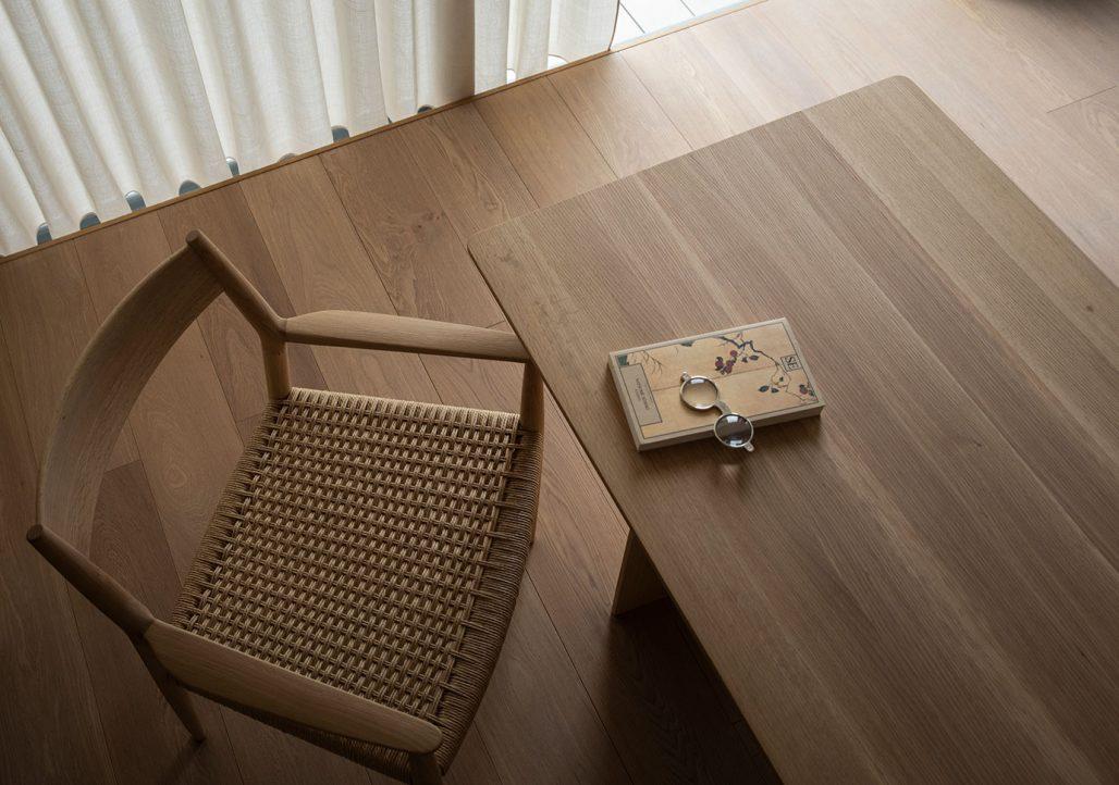 Bord och stol i lägenhet i Tokyo