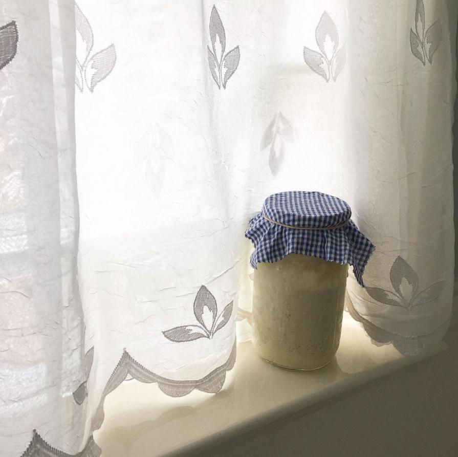 Använd gamla textilier till burkar.