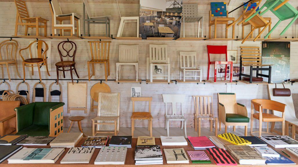 Möbelutställning med Åke Axelssons stolar