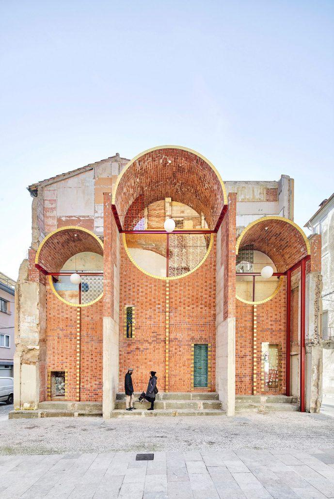 Unparelld'arquitectes resultat av en fasad i spanska Olot.