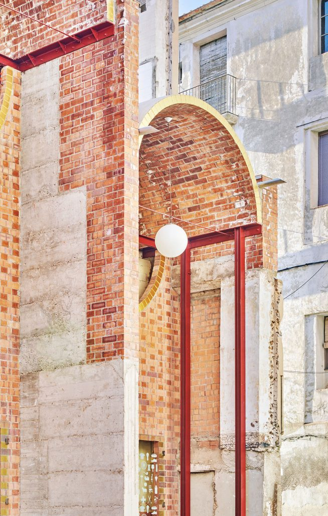 Unparelld'arquitectes resultat av ett halvt hus i Olot.