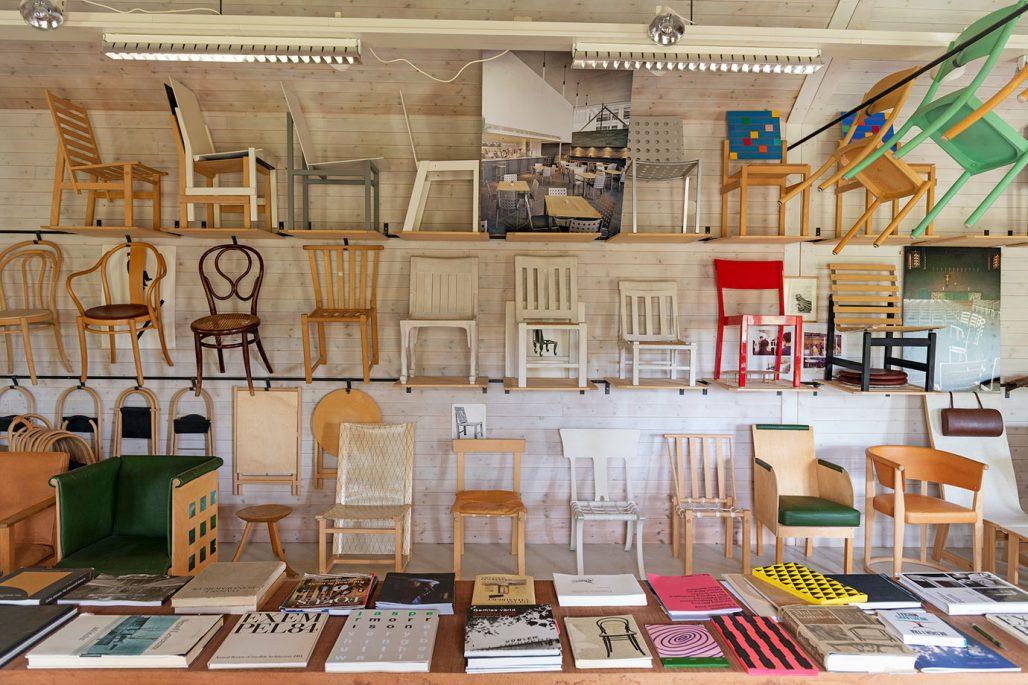 Stolar formgivna av Åke Axelsson visas i utställning på Stockholms Auktionsverk