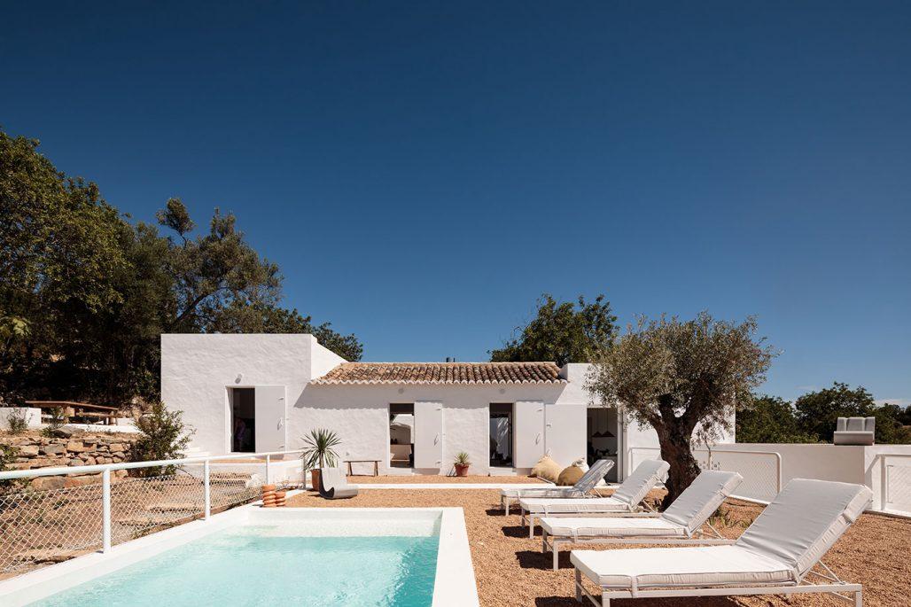 Poolområde vid Casa Um i Algarve