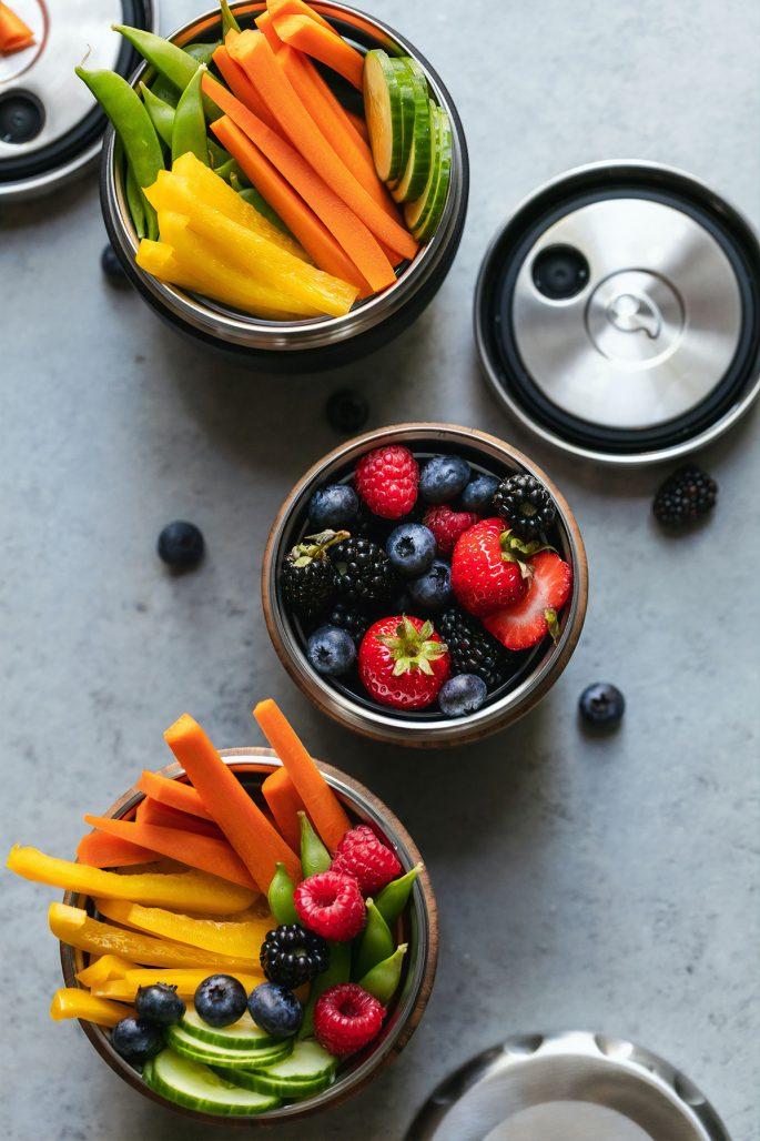Matlåda fylld med bär och grönsaker