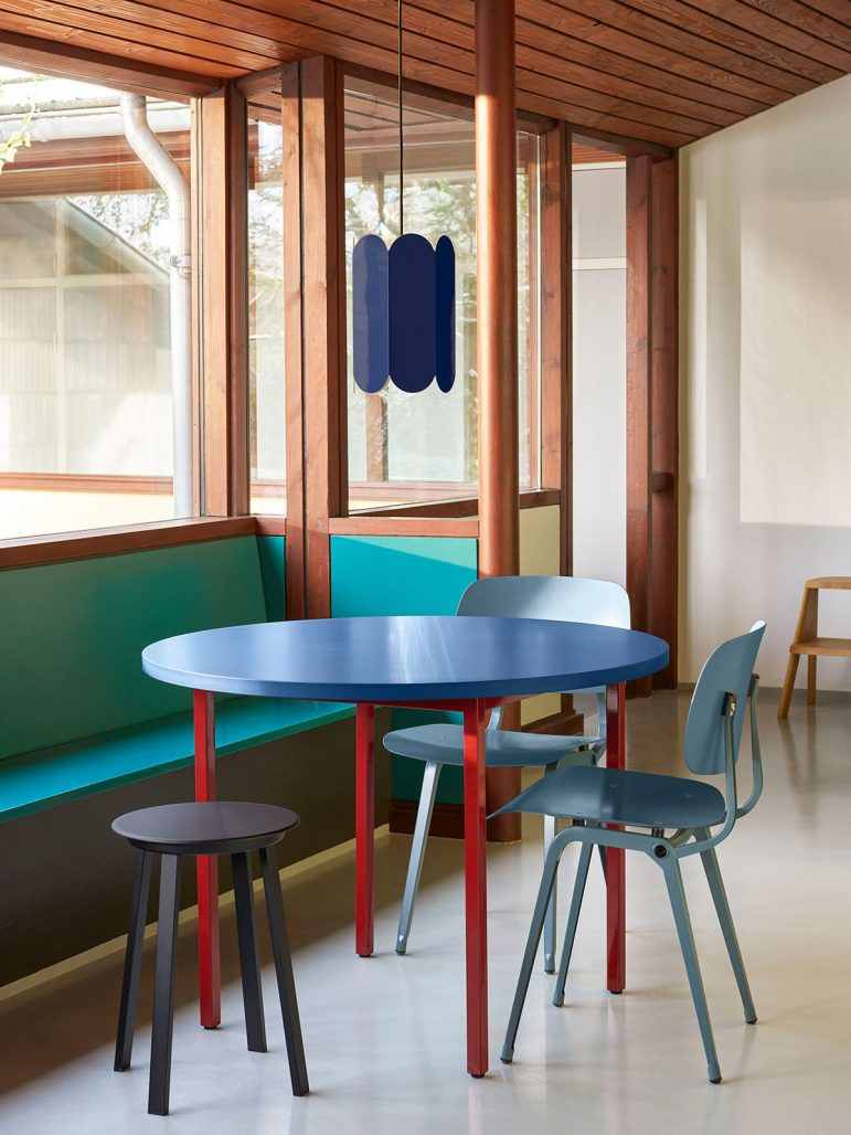 Bordet Two-Colour I blått och rött av Muller van Severin för Hay