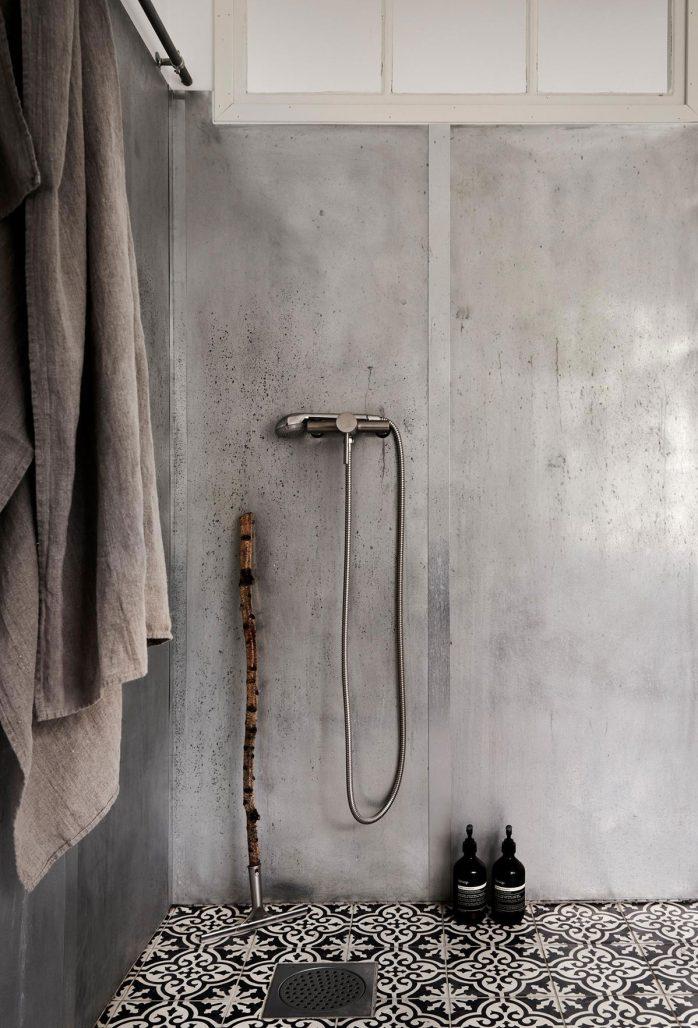 Badrum i betong och med marockanskt golv