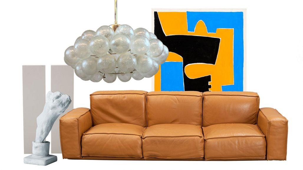 Auktionsfynd – taklampa, soffa och skulptur