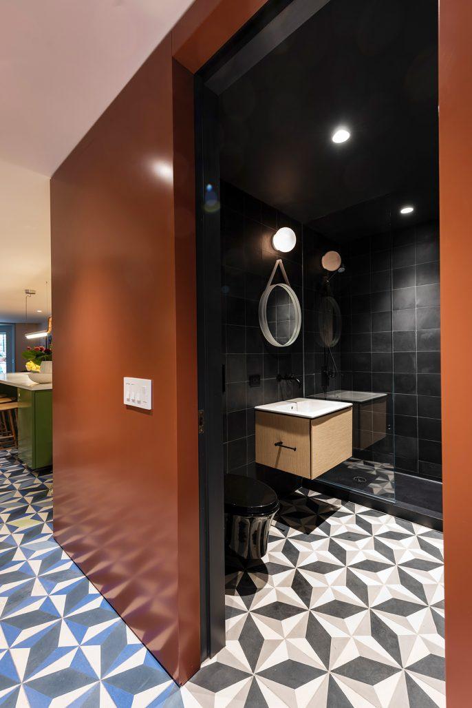 Mörkt badrum med mönstergolv