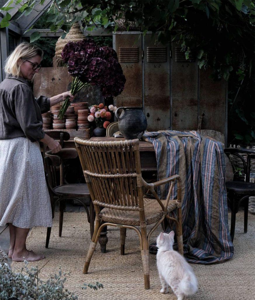 Floristen Linda Hansson i sitt växthus